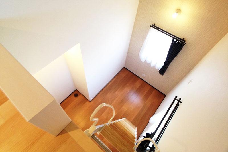 ロフトは書斎からも梯子を使って昇り降り。特別な空間に。