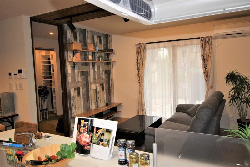 和室と繋がるリビングにはおしゃれに照らすスポットライト。