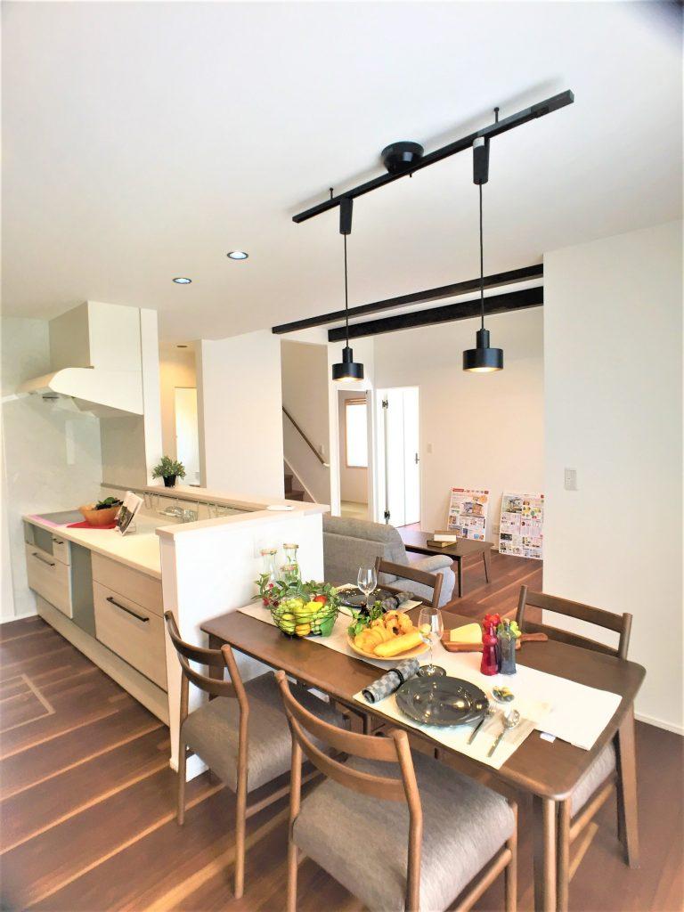 人工大理石カウンタートップの、食洗付きオールスライド収納キッチンを採用、お手入れ簡単な換気扇が奥様の負担をさらに軽減!食器棚もついてます
